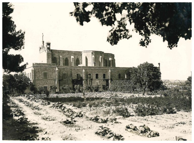 صورة قديمة للمعهد الإكليريكي وكنيسة سيدة البشارة للاتين