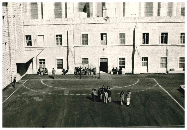 طلاب المعهد امام مبنى الإكليريكية الصغرى القديم