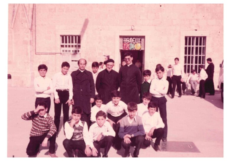طلاب الإكليريكية الصغرى - يظهر في الصورة المطران بولس ماركتسو والأب رفيق خوري